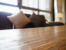 Piano d'appoggio con la decorazione interna dei cuscini e del sofà Fotografia Stock