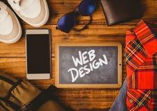 Piano d'appoggio con una lavagna con i grafici di web Immagini Stock