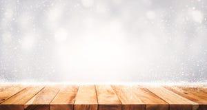 Piano d'appoggio di legno con le precipitazioni nevose del fondo di stagione invernale Natale fotografia stock