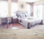 Piano d'appoggio di legno con sfuocatura della camera da letto classica dell'interno di stile Immagini Stock Libere da Diritti