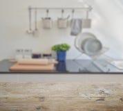 Piano d'appoggio di legno con sfuocatura di articolo da cucina e degli utensili ceramici moderni immagine stock