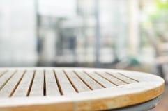 Piano d'appoggio di legno rotondo sul fondo di gray della sfuocatura immagini stock