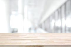 Piano d'appoggio di legno su fondo grigio bianco vago del corridoio della costruzione Fotografie Stock Libere da Diritti