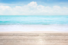 Piano d'appoggio di legno sul fondo blu del cielo & del mare immagini stock
