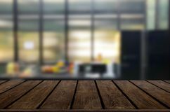 Piano d'appoggio di legno sul fondo della cucina della sfuocatura o della stanza del caffè Per mont fotografia stock libera da diritti
