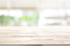 Piano d'appoggio di legno sul fondo della finestra della cucina della sfuocatura fotografia stock libera da diritti