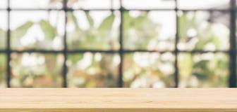 Piano d'appoggio di legno vuoto con il fondo del ristorante del caffè immagine stock