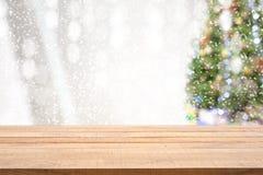 Piano d'appoggio di legno vuoto con con il pino nella caduta della neve del fondo di stagione invernale di mattina fotografia stock libera da diritti