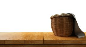 piano d'appoggio di legno vuoto isolato su fondo bianco con il canestro sopra  Fotografia Stock Libera da Diritti