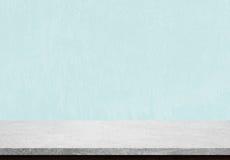 Piano d'appoggio di pietra vuoto su fondo concreto blu Fotografie Stock Libere da Diritti