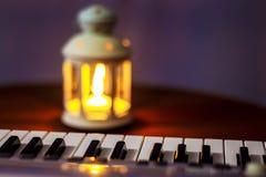 Piano das chaves, iluminado pela luz da lanterna na noite Nivelando o concert_ imagem de stock
