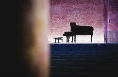 Piano de cauda na sala de concertos com tijolos Fotos de Stock Royalty Free