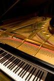 Piano de cola con la cubierta abierta foto de archivo libre de regalías