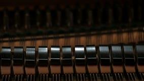 Piano De hamers slaan op de koorden Close-up Uittrekselgeluiden van een toetsenbord muzikaal instrument stock footage