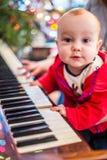 Piano de jeu de bébé garçon photo libre de droits