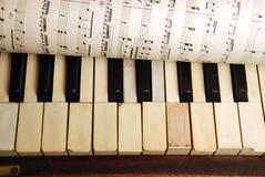 Piano de la vendimia y hoja viejos de las notas de la música Fotos de archivo libres de regalías