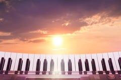 Piano de las llaves en el fondo del cielo pintoresco durante el s fotografía de archivo libre de regalías