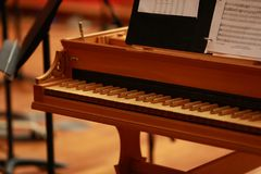 Piano de piano de media cola, llaves del piano, llaves de oro del piano en un clavicordio barroco viejo Foto de archivo libre de regalías