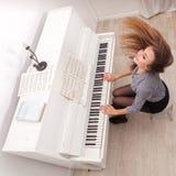 Piano de pièce de fille photographie stock