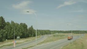 Piano dell'aria sopra la strada campestre con la lampada ed il camion del LED video d archivio