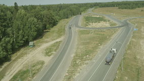 Piano dell'aria sopra la strada campestre due con la lampada ed il camion del LED video d archivio
