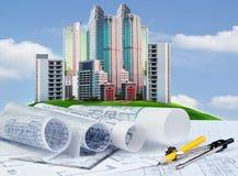 Piano della costruzione di edifici sulla tavola di funzionamento dell'ingegnere contro Immagine Stock