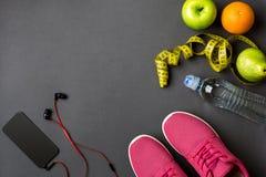 Piano di allenamento con l'alimento e l'attrezzatura di forma fisica su fondo grigio, vista superiore Fotografia Stock