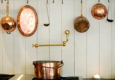 Piano di lavoro e strumenti della cucina per cucinare Immagine Stock