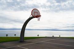 Piano di sostegno di pallacanestro bianco con cielo blu Immagine Stock Libera da Diritti