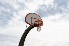 Piano di sostegno di pallacanestro bianco con cielo blu Immagine Stock