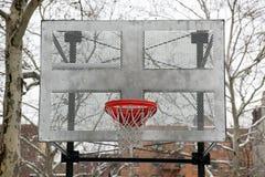 Piano di sostegno e cerchio di pallacanestro del metallo Fotografie Stock Libere da Diritti
