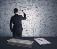 Piano di strategia di scrittura dell'uomo d'affari sulla parete Immagine Stock Libera da Diritti
