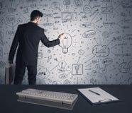 Piano di strategia di scrittura dell'uomo d'affari sulla parete Immagine Stock