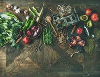 Piano-disposizione del vegetariano di inverno o dell'alimento del vegano che cucina gli ingredienti Immagini Stock