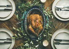 Piano-disposizione di intero pollo arrostito per la celebrazione di Natale, vista superiore immagine stock libera da diritti
