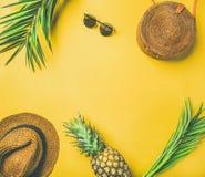 Piano-disposizione variopinta dell'attrezzatura di modo di estate Fotografie Stock Libere da Diritti