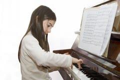 Piano do jogo da menina da criança Imagem de Stock