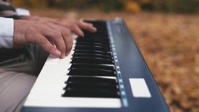 piano do jogo Feche acima das mãos fêmeas que jogam o piano Dedos no piano, cores do vintage filme