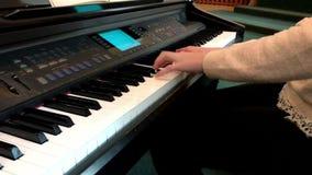 piano do jogo Feche acima das mãos fêmeas que jogam o piano Dedos no piano, cores do vintage Um olhar mais atento mesmo na video estoque