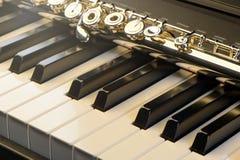 Piano e flauta com brilho e partitura dourados Composição horizontal Front View Foto de Stock Royalty Free