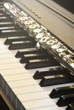Piano e flauta com brilho e partitura dourados Composição horizontal Front View Fotos de Stock