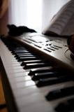 Piano e livro eletrônicos para notas imagens de stock royalty free