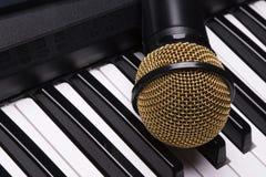 Piano e microfono Fotografia Stock Libera da Diritti