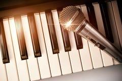 Piano e microfono con la vista superiore delle scintille dorate Immagini Stock