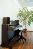 Piano in een modern huis stock foto