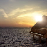 Piano en dehors de tir sur le côté de mer Images stock