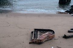 Piano en la playa Imágenes de archivo libres de regalías