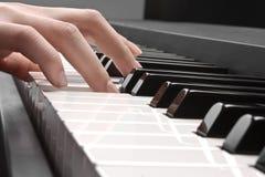 Piano et main Image libre de droits