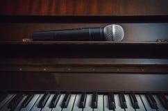 Piano et microphone sans fil Photos libres de droits