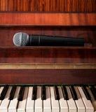 Piano et microphone sans fil Image stock